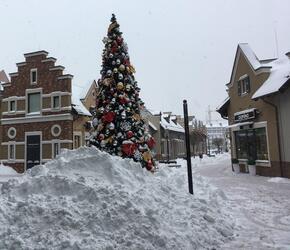 Детская новогодняя елка в снегу